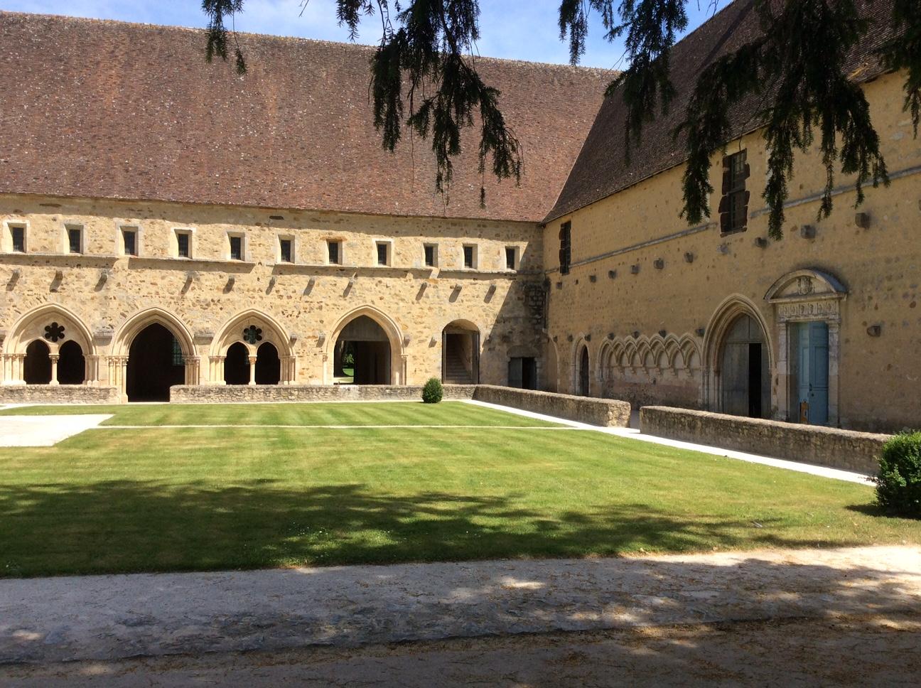 Vue du cloître vers le scriptorium - abbaye de l'Epau