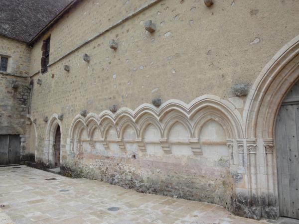 les doubles corbeaux de pierre, restes de la toiture - Abbaye de l'Epau, le cloître